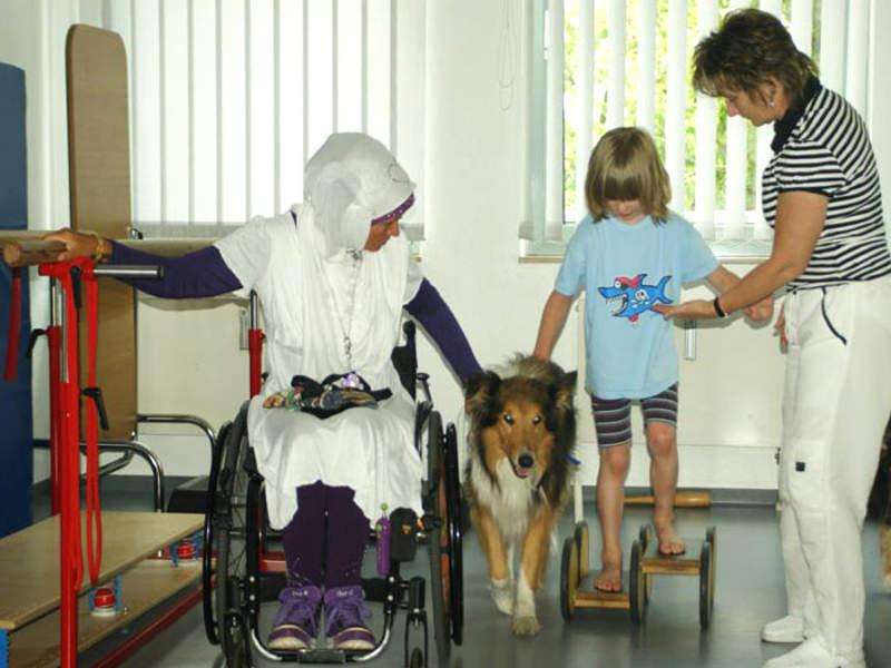 Filiz Erfurt mit Hund bei tiergestützter Therapie eines Kindes